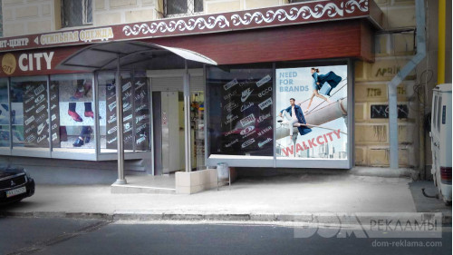 Оформление фасада магазина брендовой одежды и обуви